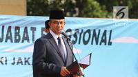 Gubernur DKI Jakarta Anies Baswedan memberi sambutan saat melantik pejabat fungsional di halaman Balai Kota Jakarta DKI, Senin (4/6). Pengangkatan pertama kali sebanyak 645, perpindahan 236, dan inpassing 24 orang. (Liputan6.com/Arya Manggala)