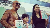 Deddy Corbuzier, Azka, dan Kalina Ocktaranny saat peluncuran buku terbaru. (Instagram)