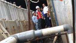 Gubernur DKI Jakarta Anies Baswedan saat meninjau titik banjir di sekitar flyover Pancoran, Jakarta, Kamis (4/4). Buruknya drainase saluran air menjadi penyebab kawasan tersebut selalu digenangi air saat hujan deras. (merdeka.com/Imam Buhori)