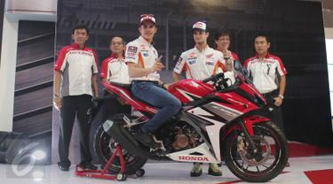 Pebalap Honda, Marc Marquez menunggangi motor saat acara peluncuran All New Honda CBR150R di Sentul, Jabar, Minggu (14/2/2016). All New Honda CBR150R hadir dengan mesin dan desain baru dibandingkan dengan generasi sebelumnya. (Liputan6.com/Angga Yuniar)