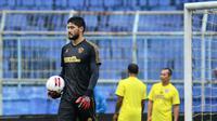 Adilson Maringa saat latihan perdana di Stadion Kanjuruhan, Malang, Kamis (24/6/2021). (Bola.com/Iwan Setiawan)