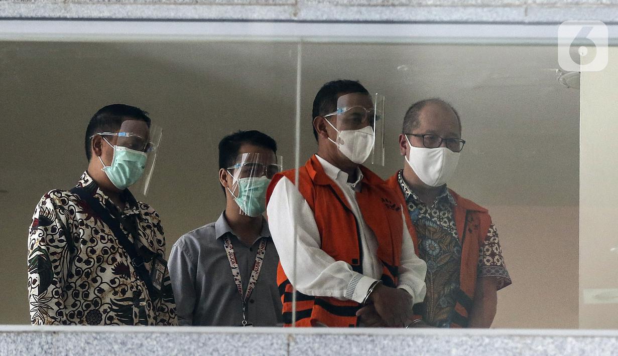 Wali Kota Cimahi Ajay Muhammad Priatna (kedua kanan) usai diperiksa terkait kasus suap perizinan pengembangan Rumah Sakit Kasih Bunda Cimahi di Gedung KPK, Jakarta, Sabtu (28/11/2020). KPK menetapkan Ajay sebagai tersangka penerima suap dalam kasus tersebut. (Liputan6.com/Johan Tallo)