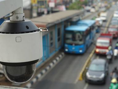 Kamera CCTV pemantau arus lalu lintas terpasang di JPO kawasan Cawang, Jakarta Timur, Kamis (10/10/2019). Dirlantas Polda Metro Jaya Kombes Pol Yusuf mengatakan Pemprov DKI Jakarta akan membantu pihaknya dalam pengadaan kamera tilang elektronik. (Liputan6.com/Immanuel Antonius)