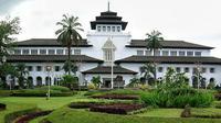 Suka jalan-jalan ke Kota Bandung? Jangan cuma jalan-jalan, ini sejarah Kota Bandung yang harus kamu tahu.