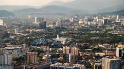 Pemandangan Kuala Lumpur, Malaysia, 8 Agustus 2020. Berawal dari kota penambang timah, kini Kuala Lumpur dikenal luas berkat sejumlah bangunan ikonisnya, termasuk Menara Kembar Petronas. (Xinhua/Zhu Wei)