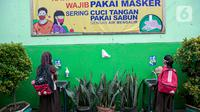 Siswa mencuci tangan setibanya pada hari pertama uji coba Pembelajaran Tatap Muka (PTM) di SDN Kenari 08 Pagi Jakarta, Rabu (7/4/2021). Skema yang akan diterapkan adalah pembelajaran tatap muka secara bergantian di dalam ruangan maksimum 50 persen dari kapasitas ruangan. (Liputan6.com/Faizal Fanani)