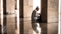 Kekhusyukan salah satu jamaah yang sedang berdoa di salah satu sudut Masjid Istiqlal, Jakarta, Senin (6/6). Bulan Ramadan, umat muslim memanfaatkan waktu memperbanyak ibadah dengan tadarus dan melaksanakan salat sunah. (Liputan6.com/Faizal Fanani)