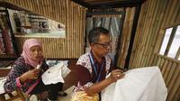 Pengrajin batik Lasem yang tampil di Indonesia Pavilion di sela pertemuan tahunan IMF- Bank Dunia. (dok. istimewa/Dinny Mutiah)