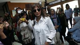 Pemain sinetron Kirana Larasati saat memasuki gedung Pengadilan Negeri Jakarta Selatan, Kamis (18/5). Kirana Larasati menjalankan sidang perdana cerai tanpa dihadiri suaminya Tama Gandjar dengan agenda mediasi. (Liputan6.com/Herman Zakharia)