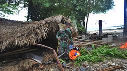 Anggota Batalyon Infanteri 315/Garudadi TNI AD melakukan penyisiran korban tsunami di kawasan Tanjung Lesung Beach Club, Pandeglang, Banten, selasa (25/12). Penyisiran dilakukan untuk mencari korban hilang. (Merdeka.com/Arie Basuki)