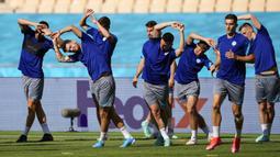 Para pemain Slovakia berlatih saat sesi latihan di Stadion La Cartuja, Seville, Spanyol, Selasa (22/6/2021). Slovakia akan menghadapi Spanyol pada pertandingan Grup E Euro 2020, Rabu 23 Juni 2021. (AP Photo/Thanassis Stavrakis)