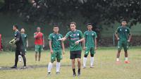 Legenda Chelsea, Dennis Wise memberikan pelatihan singkat kepada PSMS Medan (Reza Efendi/Liputan6.com)