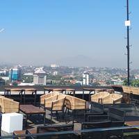 Menikmati serunya pemandangan 360 derajat di Semarang dari atas rooftop.