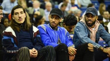 Pemain Arsenal, Hector Bellerin, Pierre-Emerick Aubameyang dan Alexandre Lacazette saat menyaksikan pertandingan basket NBA London Game 2019 antara Washington Wizards dan New York Knicks di O2 Arena di London (17/1). (AFP Photo/Glyn Kirk)
