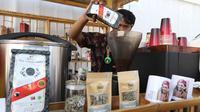 Barista meracik kopi Kopi Rollaas  milik Holding Perkebunan Nusantara (PTPN Group) di Indonesia Pavilion saat  IMF-World Bank 2018, Nusa Dua, Bali, Kamis (11/10). Kopi ini dapat dinikmati delegasi IMF-World Bank 2018. (Liputan6.com/Angga Yuniar)
