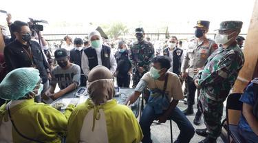 Vaksinasi massal di lapangan Kodam V Brawijaya Surabaya. (Dian Kurniawan/Liputan6.com)