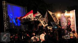 "Konser Iwan Fals yang bertajuk ""Untuk Indonesia"" berlangsung di Istora Senayan, Jakarta, Sabtu (21/11/2015) dimulai tepat pukul 20.00 WIB. Para Oi yang tidak mendapat tiket mendapat suguhan layar besar di luar gedung. (Liputan6.com/Faisal R Syam)"