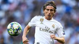 1. Luka Modric (Real Madrid) - Kontrak gelandang serba bisa milik Los Blancos ini akan berakhir pada Juni 2020. Peraih Ballon d'Or 2018 diisukan akan merapat ke Italia bersama Inter Milan. (AFP/Oscar Del Pozo)