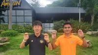Pelatih Timnas Indonesia U-23, Shin Tae-yong bersama Asnawi Mangkualam berpose cakar. (Instagram Shin Tae-yong).