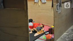Seorang anak tertidur saat berada di pengungsian di Desa Deyangan, Kecamatan Mertoyudan, Kabupaten Magelang, Rabu (11/11/2020). Sebab dengan kesigapan tersebut, bisa meminimalisir resiko bencana. (Liputan6.com/Gholib)