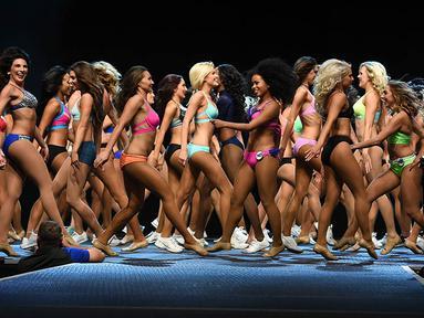 Para wanita menggunakan bikini mengikuti seleksi ajang pencarian bakat untuk menjadi pemandu sorak klub NFL, Los Angeles Rams di California, AS, Minggu (17/4/2016). (AFP/Mark Ralston)