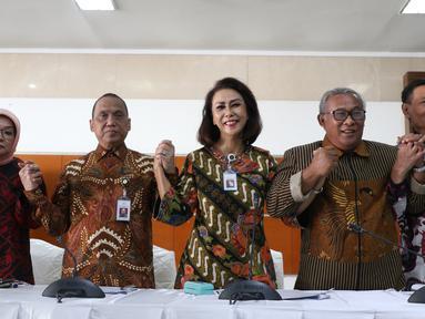 Ketua Pansel KPK Yenti Ganarsih (tengah) mengangkat tangan bersama anggota usai memberikan keterangan hasil profile assessment calon pimpinan KPK periode 2019-2023 dalam konferensi pers di Jakarta, Jumat (23/8/2019). Sebanyak 20 orang berhasil lulus dalam tes tersebut. (Liputan6.com/Angga Yuniar)