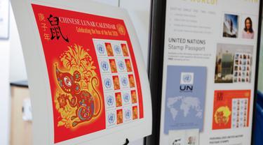 Foto yang diabadikan pada 13 Januari 2020 ini menunjukkan poster carik kenangan (stamp sheet) edisi Tahun Tikus di Administrasi Pos Perserikatan Bangsa-Bangsa (UNPA), di markas besar PBB di New York. UNPA mengeluarkan prangko edisi khusus untuk merayakan Tahun Baru Imlek. (Xinhua/Li Muzi)