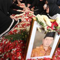 Pemakaman Ayahanda Olla Ramlan (Nurwahyunan/bintang.com)