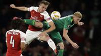Bek Arsenal, Rob Holding, berebut bola dengan pemain Vorskla, Vladyslav Kulach, pada laga Liga Europa di Stadion Emirates, London, Kamis (20/9/2018). Arsenal menang 4-2 atas Vorskla. (AP/Kirsty Wigglesworth)