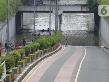 Kondisi terowongan di Jalan Angkasa yang tergenang banjir Jakarta, Selasa (25/2/2020). Hujan yang mengguyur Jakarta sejak Senin (24/2) malam membuat sejumlah kali meluap dan menyebabkan banjir di terowongan tersebut. (Liputan6.com/Helmi Fithriansyah)