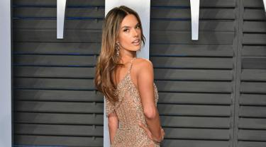 Alessandra Ambrosio berpose saat menghadiri pesta Vanity Fair's Oscar After Party 2018 yang diselenggarakan oleh Radhika Jones di Wallis Annenberg Centre for Performing Arts di Beverly Hills, California (4/3). (Dia Dipasupil/Getty Images/AFP)