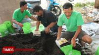 Anggota Forum Kerja Ekonomi Mandiri Pemuda Sembayat (Forkems) Kabupaten Gresik, Jawa Timur. (FOTO: Akmal/TIMES Indonesia)