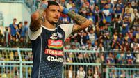 Arthur Cunha kembali dijajal sebagai gelandang bertahan Arema. (Bola.com/Iwan Setiawan)