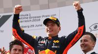 Pembalap Red Bull Max Verstappen tersenyum di podium setelah memenangkan Grand Prix Formula Satu Austria di Red Bull Racetrack di Spielberg, Austria selatan, (1/7). Verstappen mencatatkan waktu 1:21:56,024. (AP Photo / Ronald Zak)