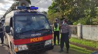 Kepolisian di Papua melaksanakan sosialisasi pembatasan aktivitas umum yang akan diberlakukan mulai 18 Mei hingga 4 Juni 2020. (Liputan6.com/Katharina Janur/Polda Papua)