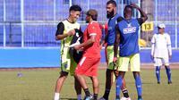 Hanif Sjahbandi (kiri) dapat sambutan dari rekan satu tim serta pelatih di Arema setelah kembali dari Timnas Indonesia. (Bola.com/Iwan Setiawan)