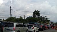 Hari kedua lebaran, lalu lintas di Simpang Tiga exit Tol Ciperna terpantau padat. (Liputan6.com/Panji Prayitno)