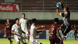 Kiper Persija Jakarta, Andritany Ardhiyasa (kanan) berhasil menangkap bola hasil tendangan pemain PSM Makassar dalam laga leg pertama semifinal Piala Menpora 2021 di Stadion Maguwoharjo, Sleman, Kamis (15/4/2021). Kedua tim bermain imbang 0-0. (Bola.com/Ikhwan Yanuar)