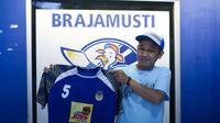 Ketua kelompok suporter PSIM, Brajamusti, Muslich Burhanudin memperlihatkan jersey penuh kenangan yang ia lelang untuk membantu penanganan wabah virus Corona. (Istimewa/Ofisial Brajamusti)