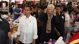 Presiden Joko Widodo (Jokowi) mengajak Direktur Pelaksana IMF Christine Lagarde blusukan ke  Blok A Pasar Tanah Abang, Jakarta, Senin (26/2). Kedatangan Jokowi beserta rombongan membuat heboh para pengunjung pasar. (Liputan6.com/Angga Yuniar)