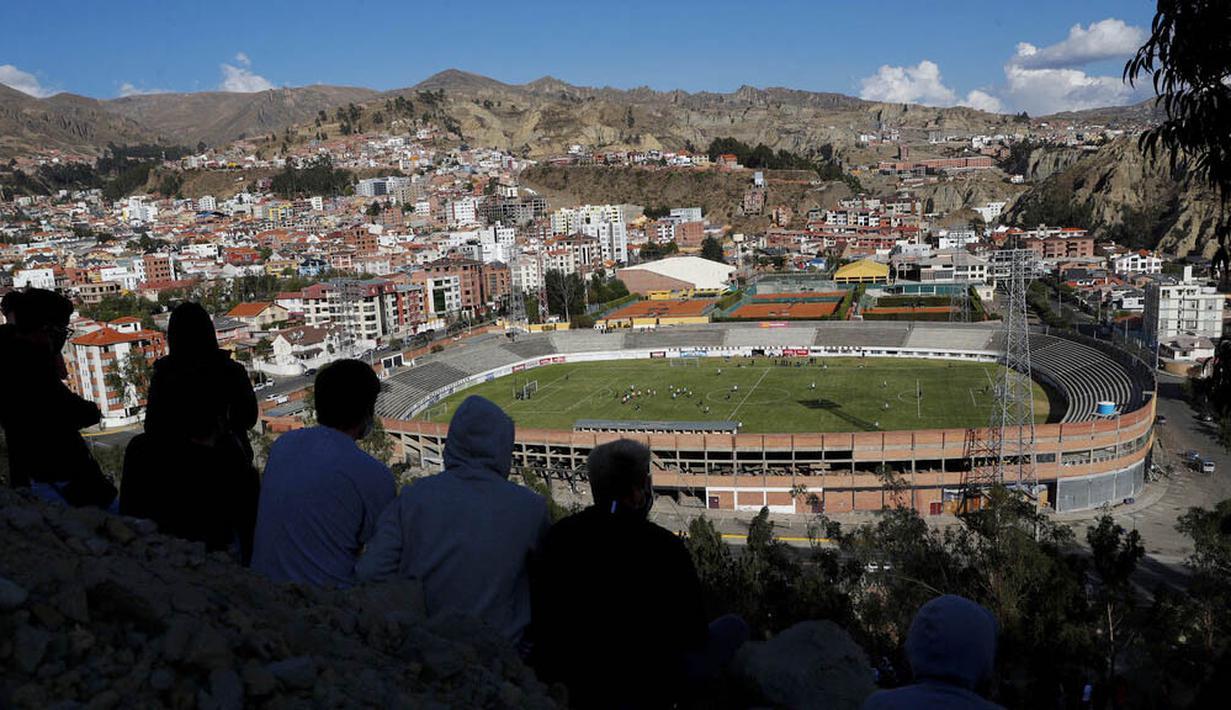 Sejumlah warga menyaksikan latihan Timnas Argentina jelang laga Kualifikasi Piala Dunia 2022 di La Paz, Bolivia, Senin (12/10/2020). Argentina akan berhadapan dengan Bolivia. (AP Photo/Juan Karita)