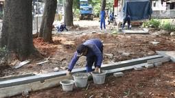 Petugas membuat saluran sumur resapan di kawasan Lenteng Agung, Jakarta, Rabu (20/3). Pembuatan sumur resapan di kawasan tersebut bertujuan mengurangi genangan air yang timbul setiap hujan deras. (Liputan6.com/Immanuel Antonius)