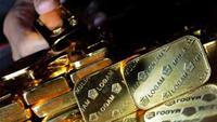 Petugas menunjukkan imitasi emas di Unit Bisnis Logam Mulia PT. Antam di Jakarta, Kamis (7/10). Harga emas sempat mencatat rekor baru di 1.356,50 dolar AS per ons.(Antara)
