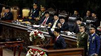 Presiden Terpilih Joko Widodo mengepalkan tangannya usai membacakan pidatonya saat pelantikan di Senayan, Jakarta, Senin (20/10/2014) (Liputan6.com/Andrian M Tunay)