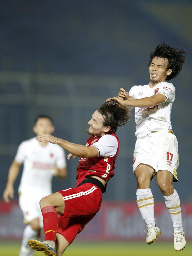 Pemain PSM Makassar Rasyid Assahid Bakri berduel dengan pemain Persija Jakarta Marc Anthony Klok pada laga Piala Menpora (Bola.com/Arief Bagus)