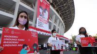 """Sejumlah wanita saat mengkampanyekan Gerakan Masker Nasional """"Jangan Kendor, Disiplin Pakai Masker"""" di Gelora Bung Karno, Jakarta (30/8/2020). Pembagian masker dan kampanye ini dilakukan mengantisipasi penyebaran lebih luas lagi virus covid-19. (Liputan6.com/Johan Tallo)"""