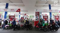 Antrean pemotor saat mengisi BBM di SPBU Pertamina, Jakarta, Kamis (15/6). Selama musim mudik Pertamina menurunkan harga Pertamax menjadi Rp.8000 yang berlaku di SPBU bertanda khusus yang tersebar di jalur mudik. (Liputan6.com/Angga Yuniar)