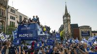 Pemain dan Official Leicester City disambut ribuan fans, (16/5/2016).  (EPA/Will Oliver)