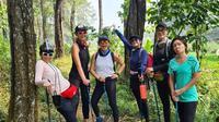 Kebersamaan selebriti saat trekking di Bogor (Sumber: Instagram/mrsayudewi)
