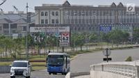 Kendaraan melintasi kawasan reklamasi Pulau D, Jakarta, Selasa (18/6/2019). Gubernur DKI Jakarta Anies Baswedan diketahui telah mengeluarkan IMB untuk 932 bangunan di Pulau D yang terdiri atas 409 hunian, 212 rumah kantor (rukan), dan 311 rukan dan rumah tinggal. (merdeka.com/Iqbal S. Nugroho)